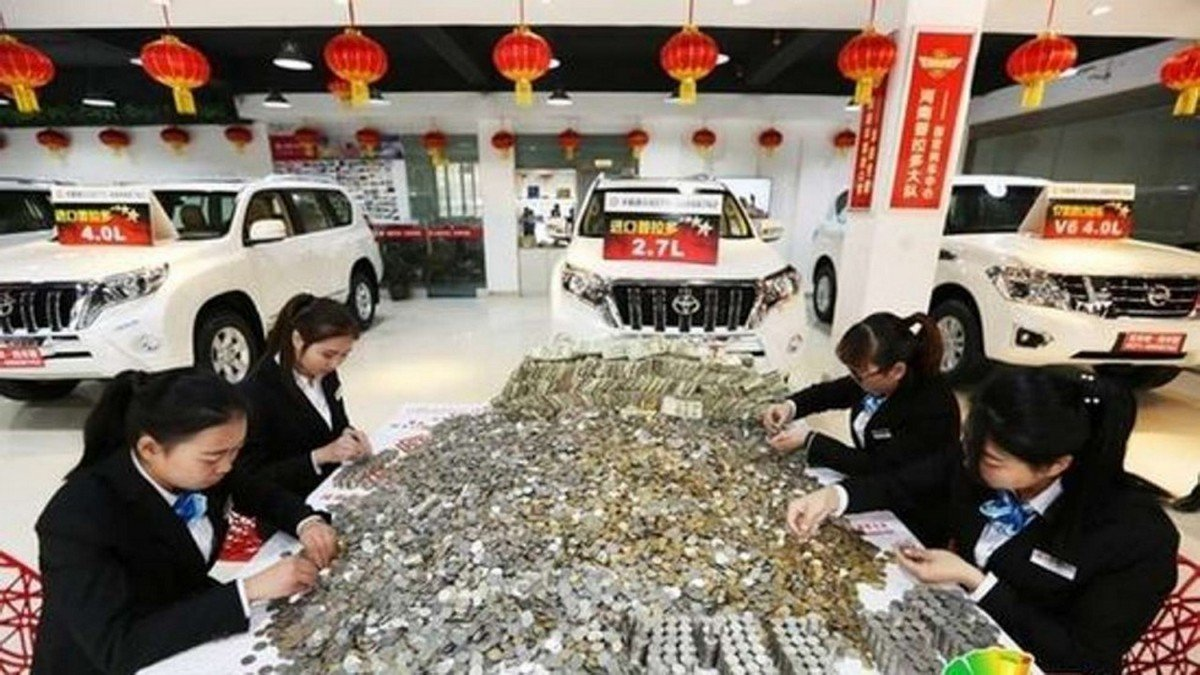 chinese man buys himself a luxury suv with huge bags of coins and small change. Black Bedroom Furniture Sets. Home Design Ideas