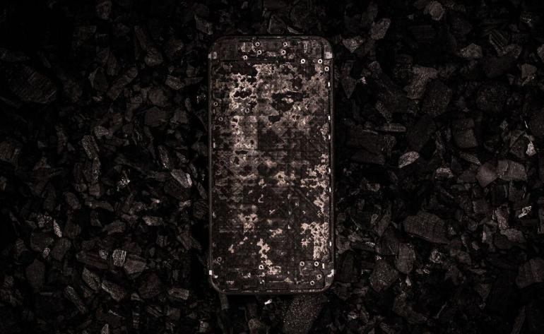 worlds-first-full-carbon-iphone-1