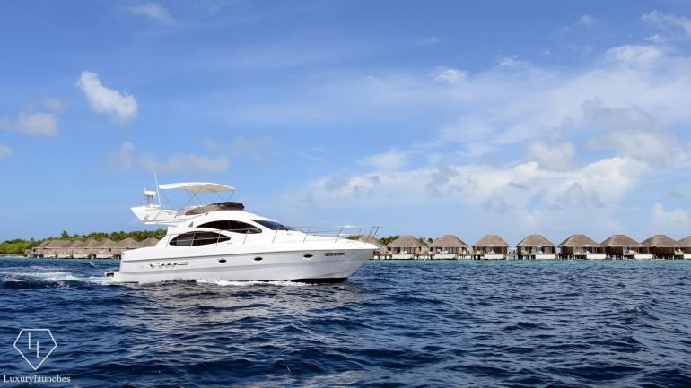 luxury-yacht-at-the-dusit-thani-maldivies