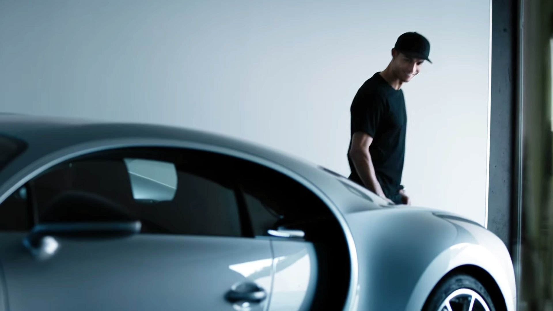 Ronaldo walked new Bugatti Veyron - a gift to himself for winning the Euro