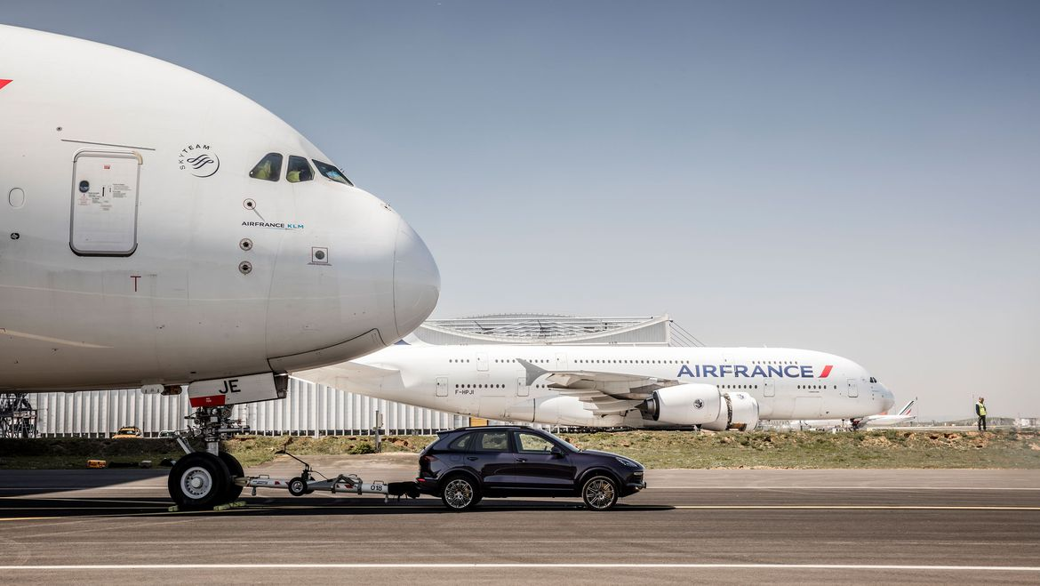 Porsche Cayenne tows an Airbus A380 to set new Guinness World Record
