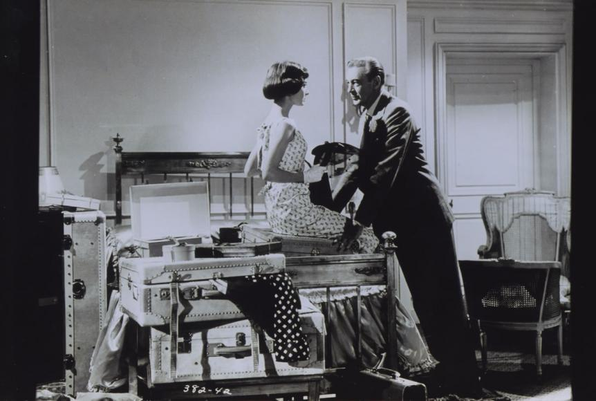 Audrey Hepburn et Gary Cooper jouant Ariane dans une chambre du Ritz dans les années 50 @Archives Ritz