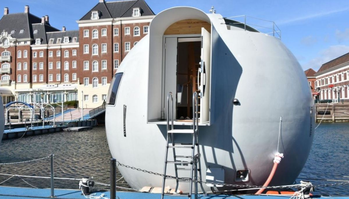 This spherical floating capsule is actually a hotel in for Hotel amsterdam huis ten bosch