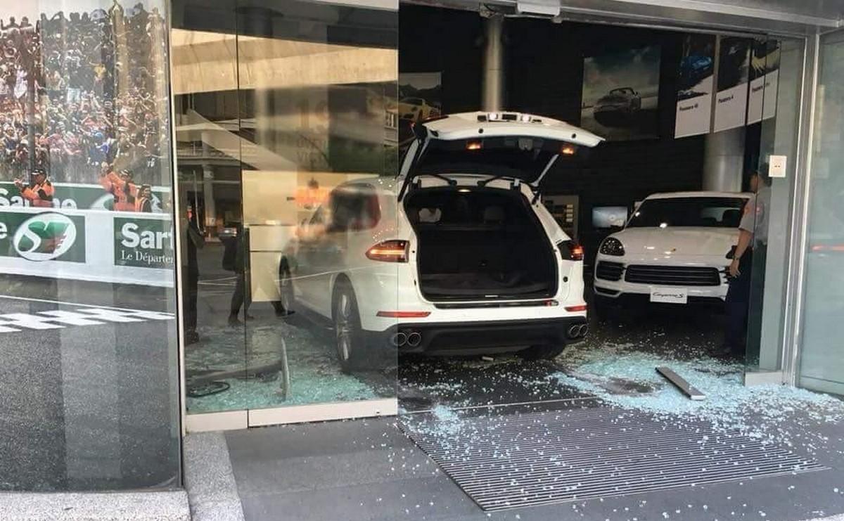 Video – Unhappy with the sales service, man crashes his Cayenne into a Porsche dealership