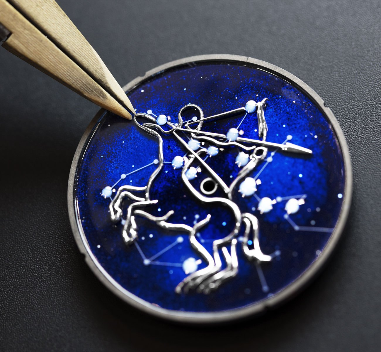 Van-Cleef-Arpels-Lady-Arpels-Midnight-Zodiac-Lumineux-10.jpg (1300×1199)