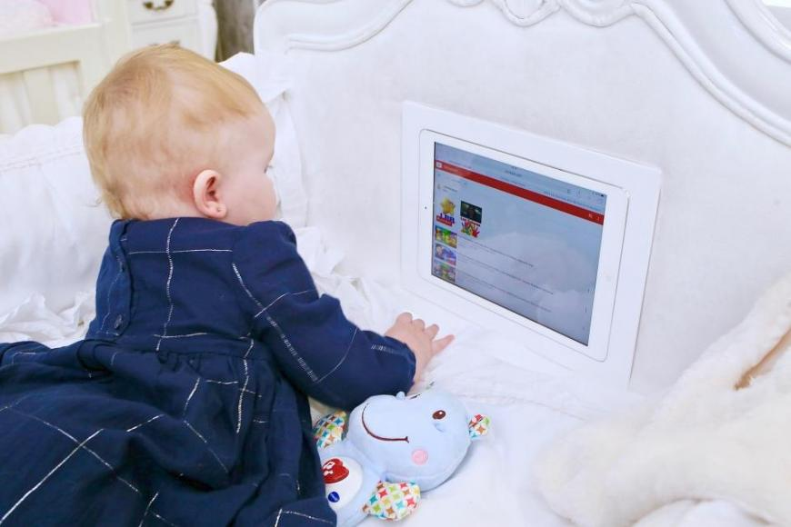 smart-cot-with-built-in-ipad (4)