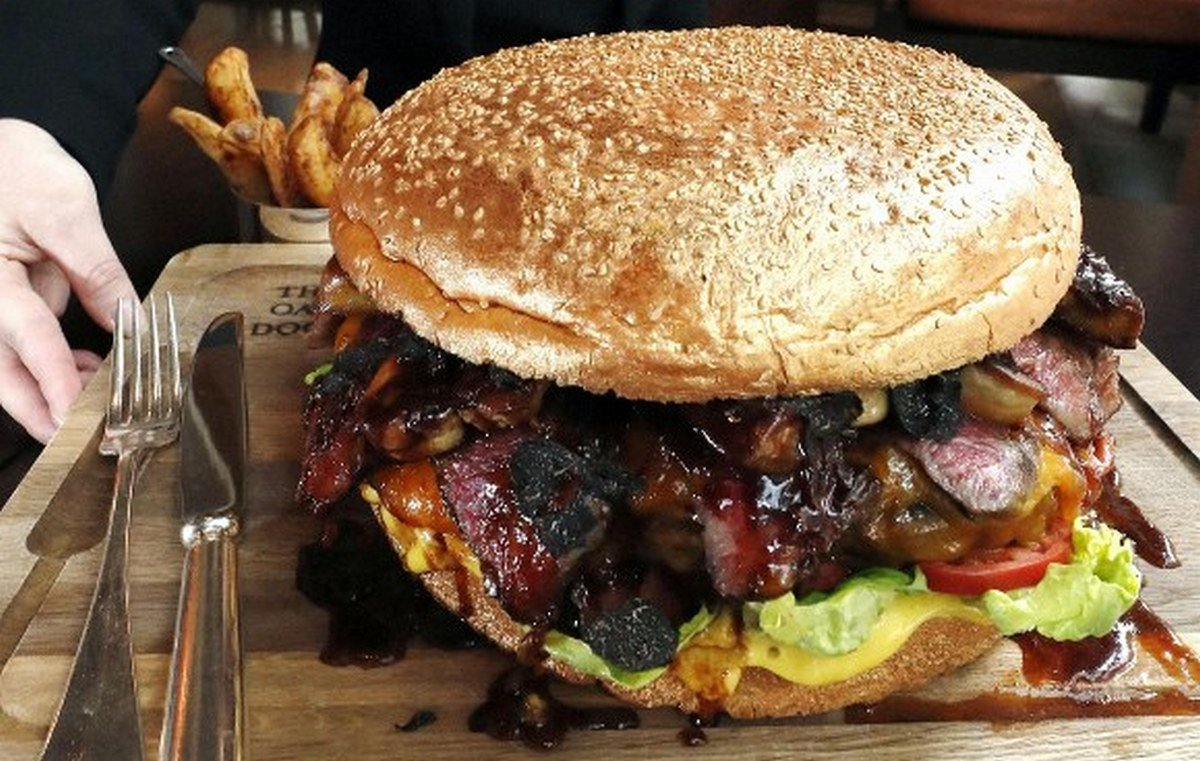 Take a look at the most expensive burger in Japan - Its has gold dusted buns and costs $900 : Luxurylaunches