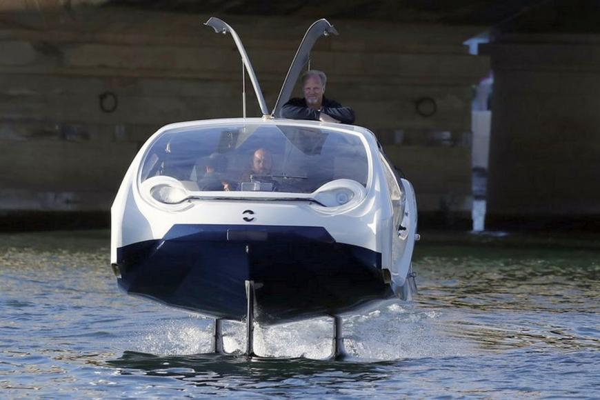 Paris bubble-shaped water taxi (1)