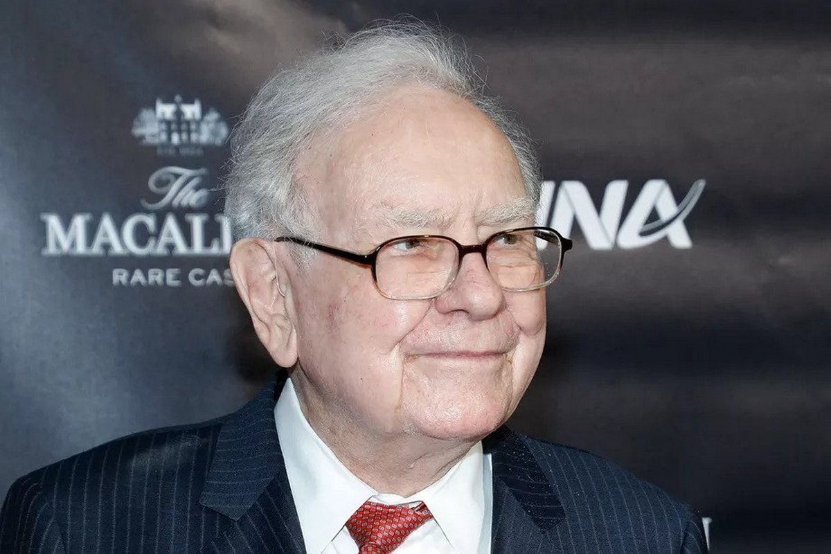 After using a $20 Samsung flip phone for close to a decade, Billionaire Warren Buffet has finally upgraded to an iPhone