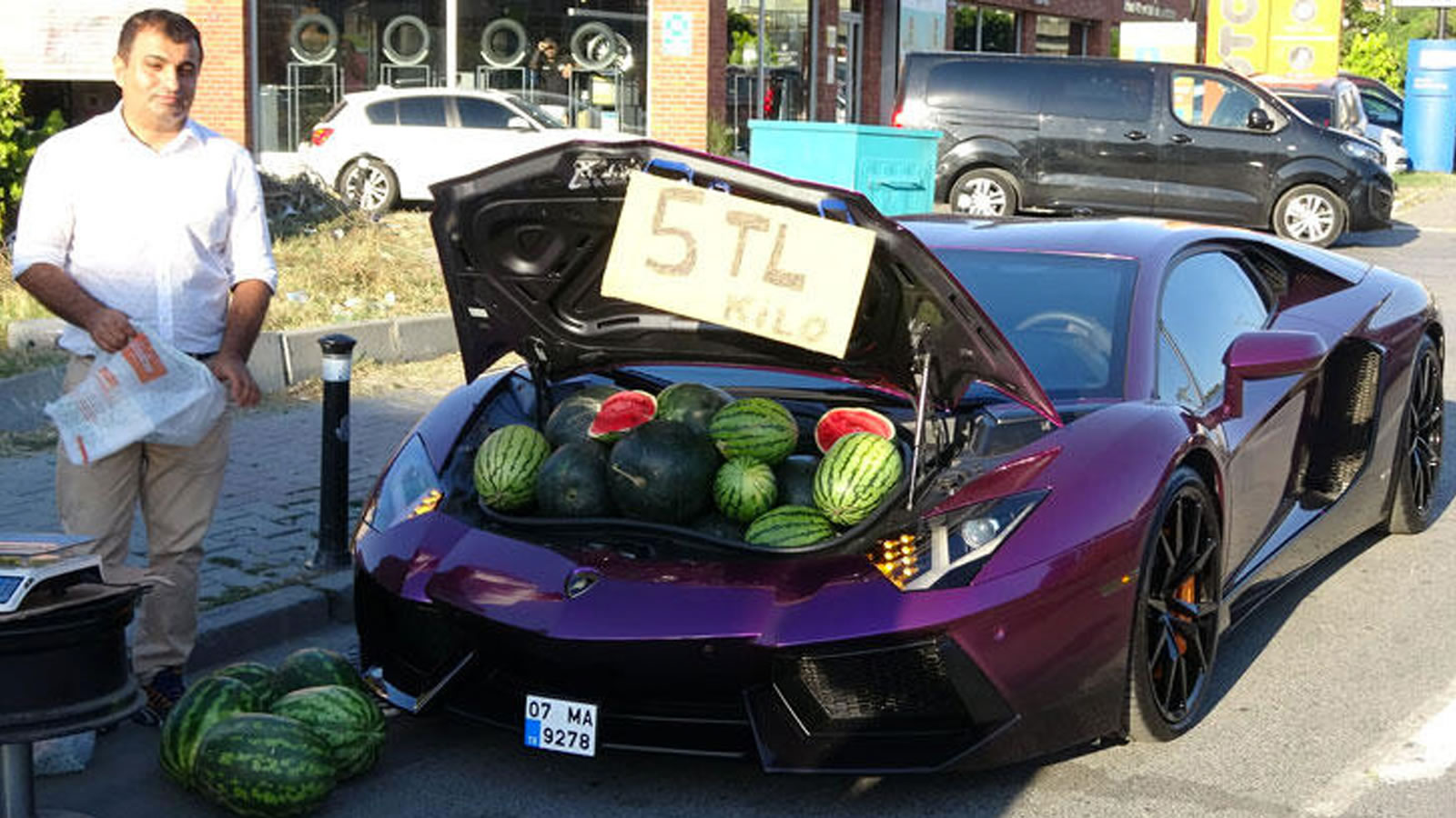 Pics – People went berserk when a Lamborghini owner started selling watermelons from the boot of his shiny $400,000 supercar on a busy street in Istanbul